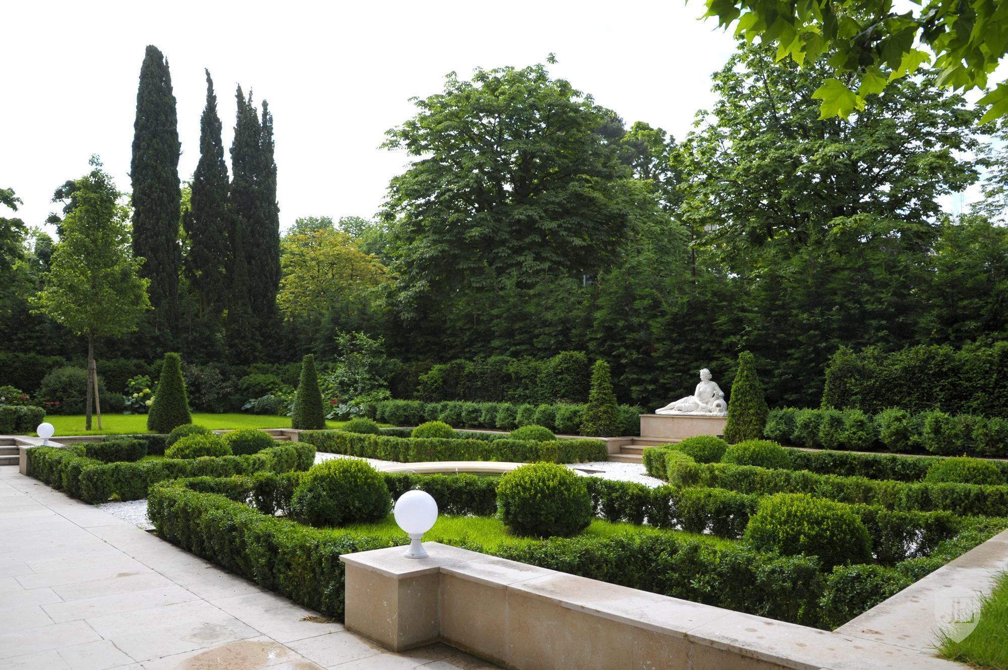 Private Mansion with garden for sale