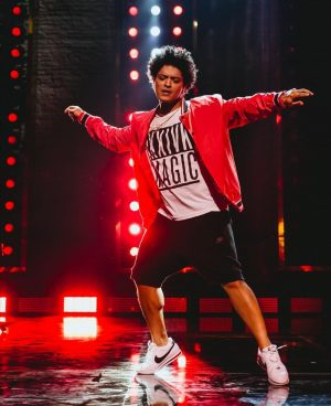 Bruno Mars does the best flex ever