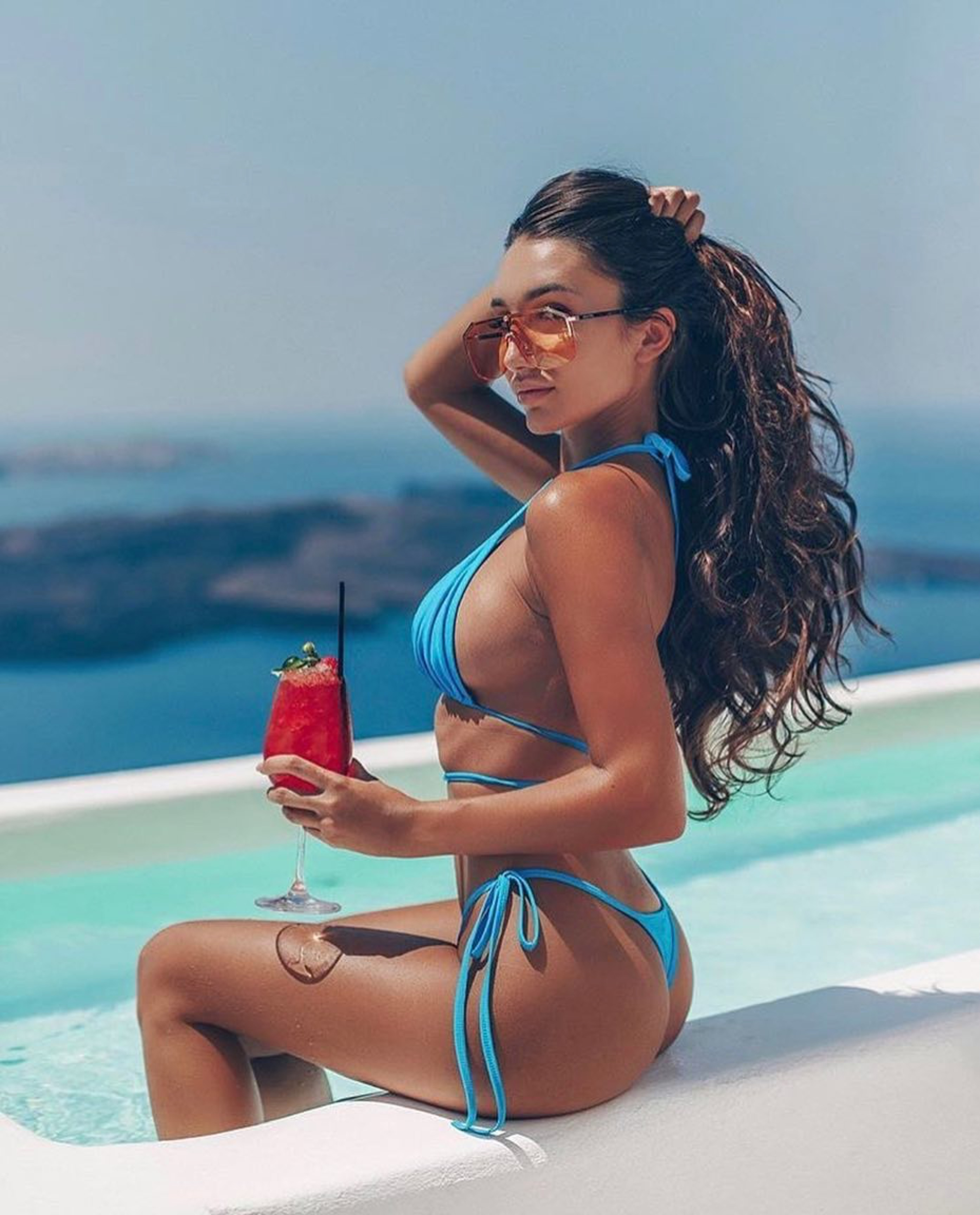 Chromata Santorini - Sexy girls only chill at sexy resorts