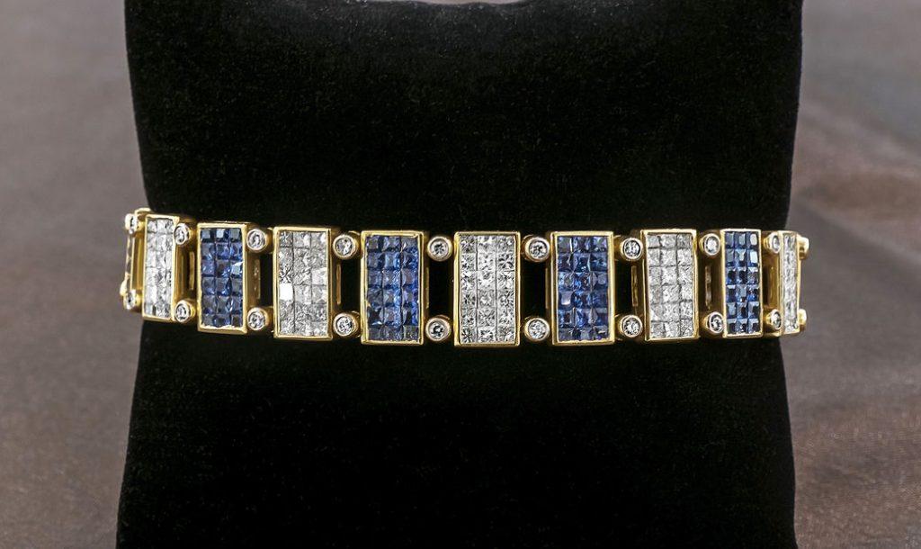 Superb bracelet with square blue saphirs and diamonds